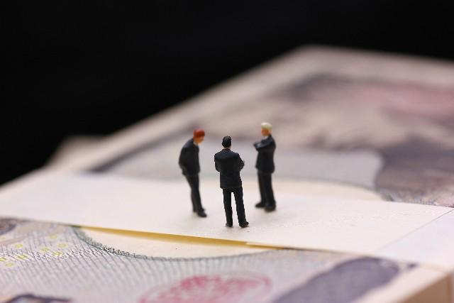 予算管理について話し合うビジネスマン