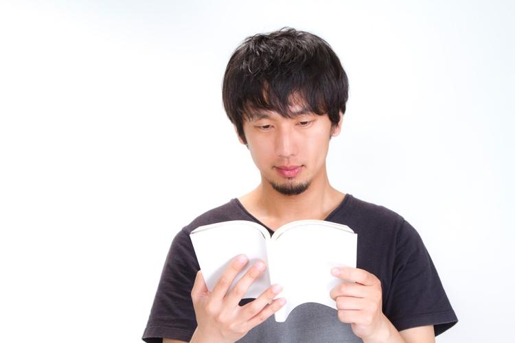 読書をする男性2